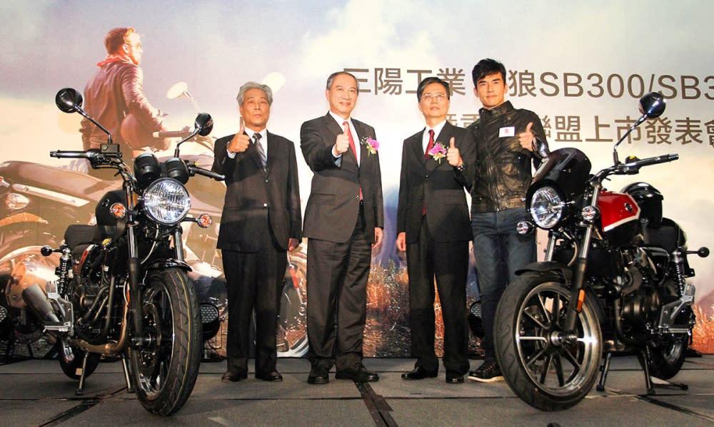 三陽工業董事長張宏嘉左二表示: 「三陽工業從Sanyang Industry,調整為Sanyang Motor,所欲傳達的是更專注本業的決心與魄力,這段期間內部做了許多的改革,目的就是要讓顧客滿意三陽的產品。同時為賦予『SYM』品牌向前邁進、再進化的意義,Logo也將以名稱的圖像化呈現,讓SYM承繼母品牌三陽工業最原始的核心價值, 將引領新三陽重拾消費者信心、創造最佳的顧客滿意度。