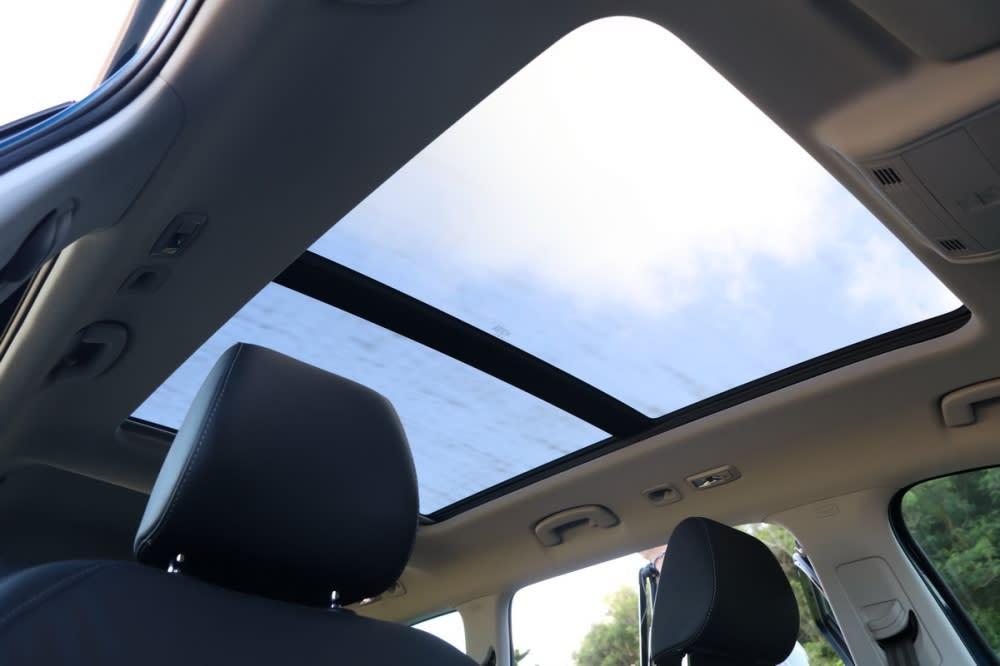 多樣實用置物空間、環景顯影、小桌板、全景天窗等配備,展現Skoda Simply Clever的品牌精神
