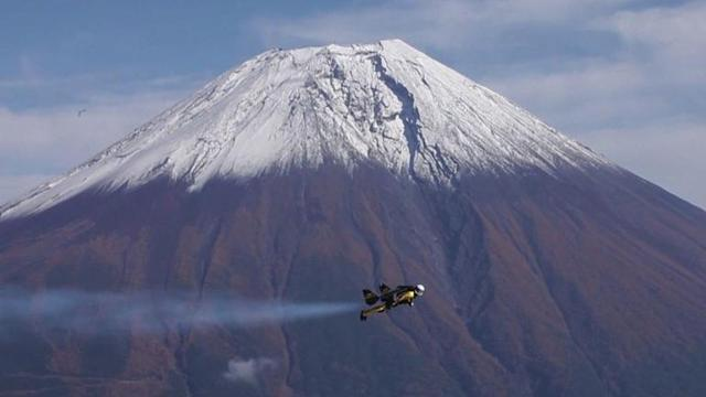 Swiss 'Jetman' takes joyride around Mount Fuji