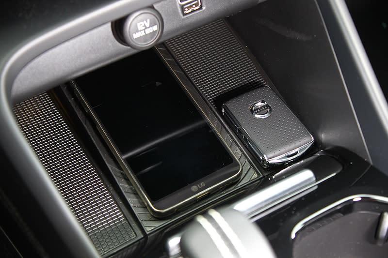 中控臺下配置無線充電系統,剛好也是手機放置處。