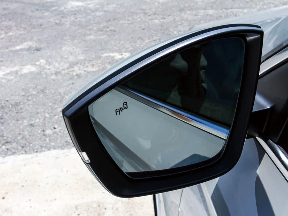 和車身相同設計原素的後照鏡結合盲點偵測系統。