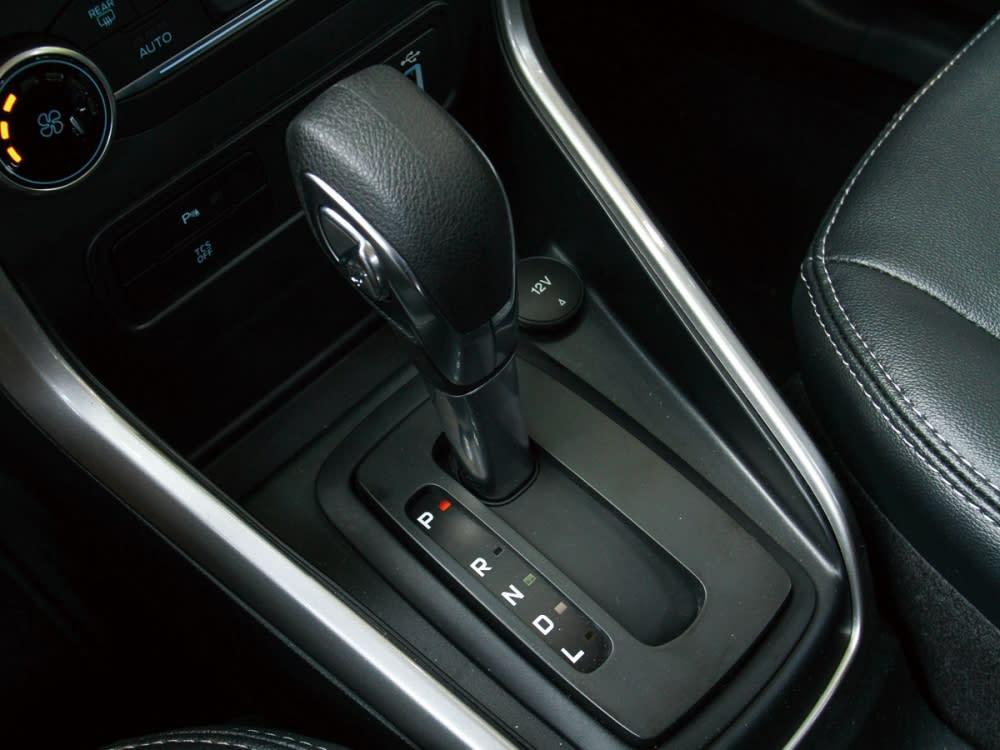 12V電源及包含換檔加減鈕的排檔桿整合於鞍座上。