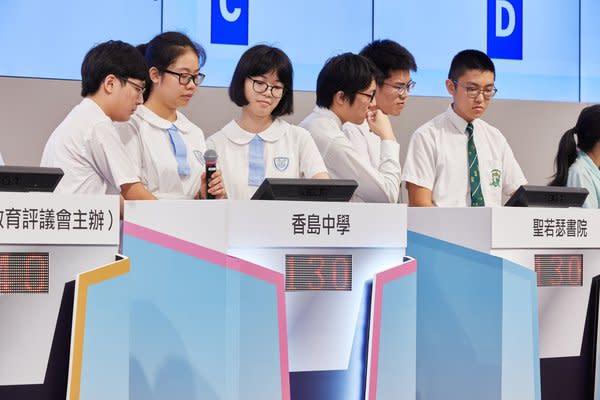 今屆「全港通識理財問答比賽」總決賽於香港交易所舉行,總決賽分別設有情境題及搶答題環節,圖為冠軍隊伍作答情境題情況。