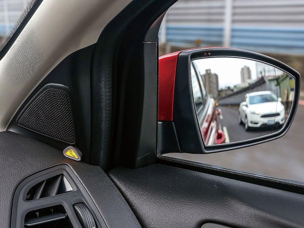 視覺盲點偵測系統,於前座兩側A柱位置閃爍LED燈光,搭配蜂鳴聲提醒駕駛有車輛進入盲點區域,減少不必要的事故發生。