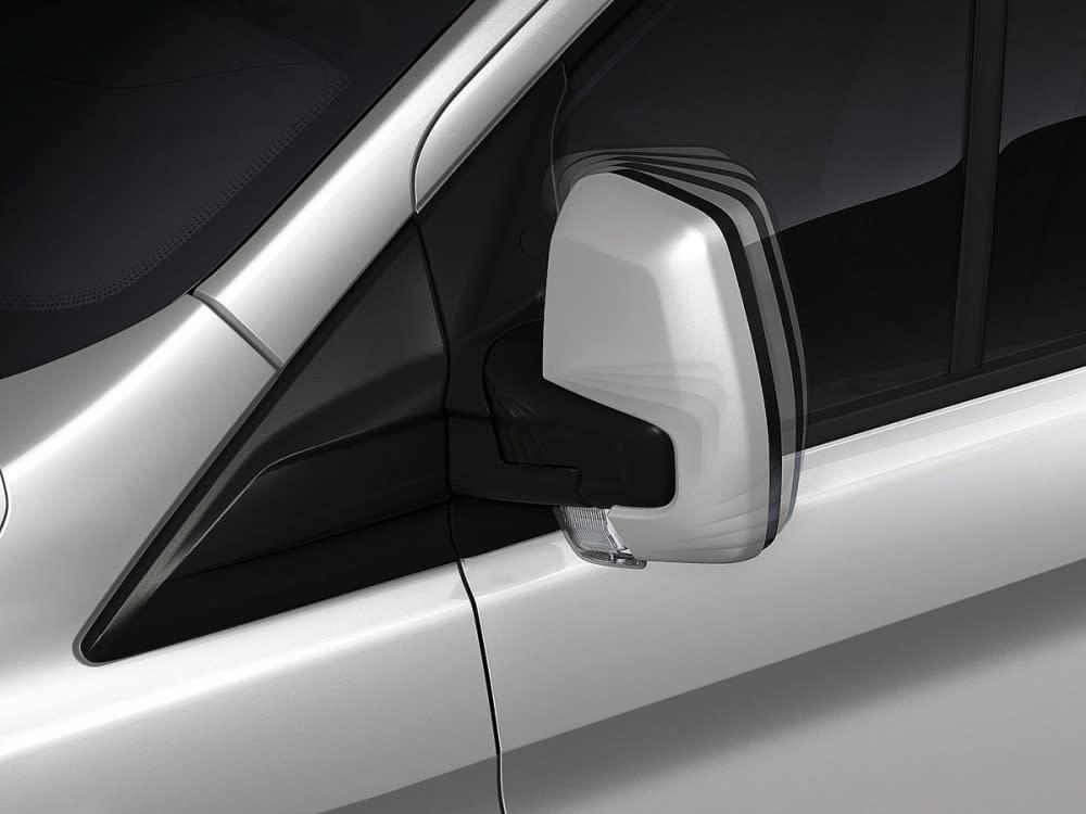 標配電動調整與收折後視鏡,並整合方向燈的功能。