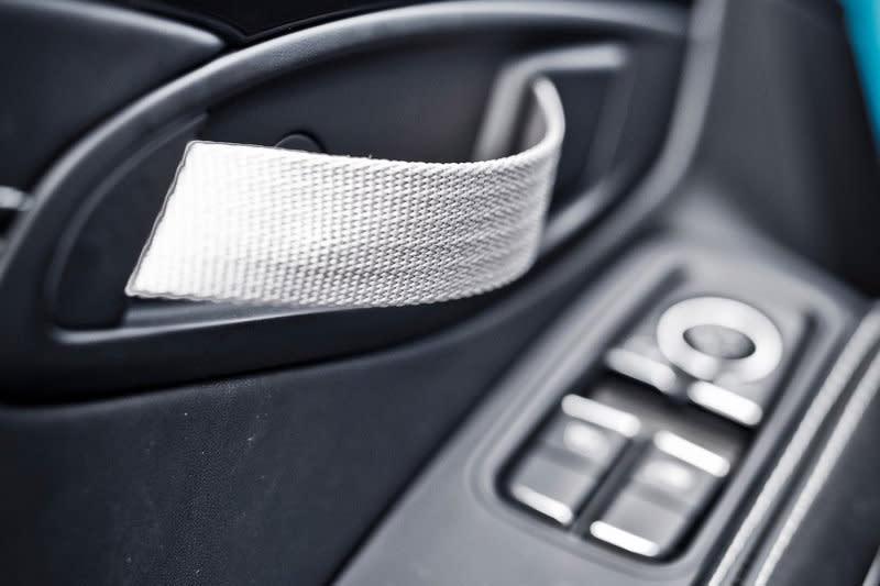 車內門把改為布質拉帶輕不了多少,但卻會為心裡帶來強烈震撼與暗爽感。