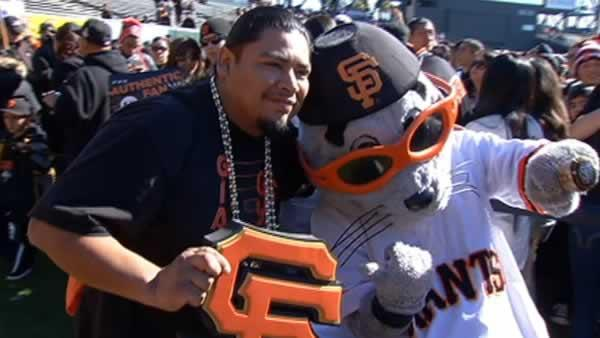 Thousands swarm AT&T Park for Giants Fan Fest