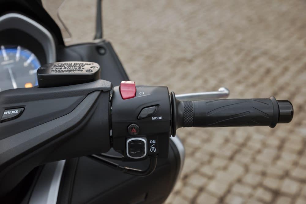 模式切換按鈕就在油門握把左側,騎乘時也可以直接做切換!