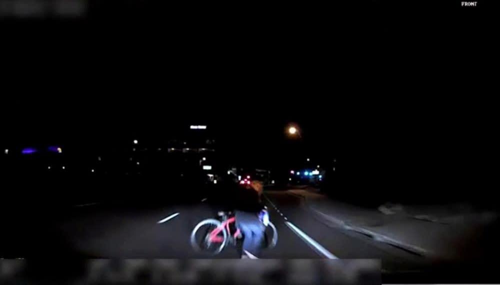 撞擊前6秒軟體把行人與單車歸類為不明物體,直到衝撞前1.3秒,自動駕駛系統才認出是單車。(圖片來源:https://uk.reuters.com/article/uk-uber-crash/uber-disabled-emergency-braking-in-self-driving-car-us-agency-idUKKCN1IP26P)