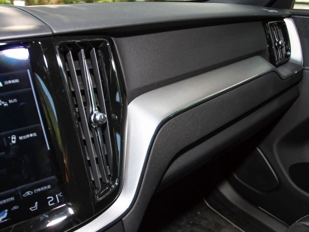 Metal Mesh金屬網紋鋁合金飾板,是R-Design特有的內裝象徵。