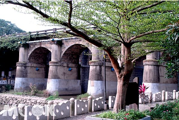 1927年落成的東安古橋,由知名的石匠李鎮帶隊砌築,造型優美壯觀。(圖/MOOK)