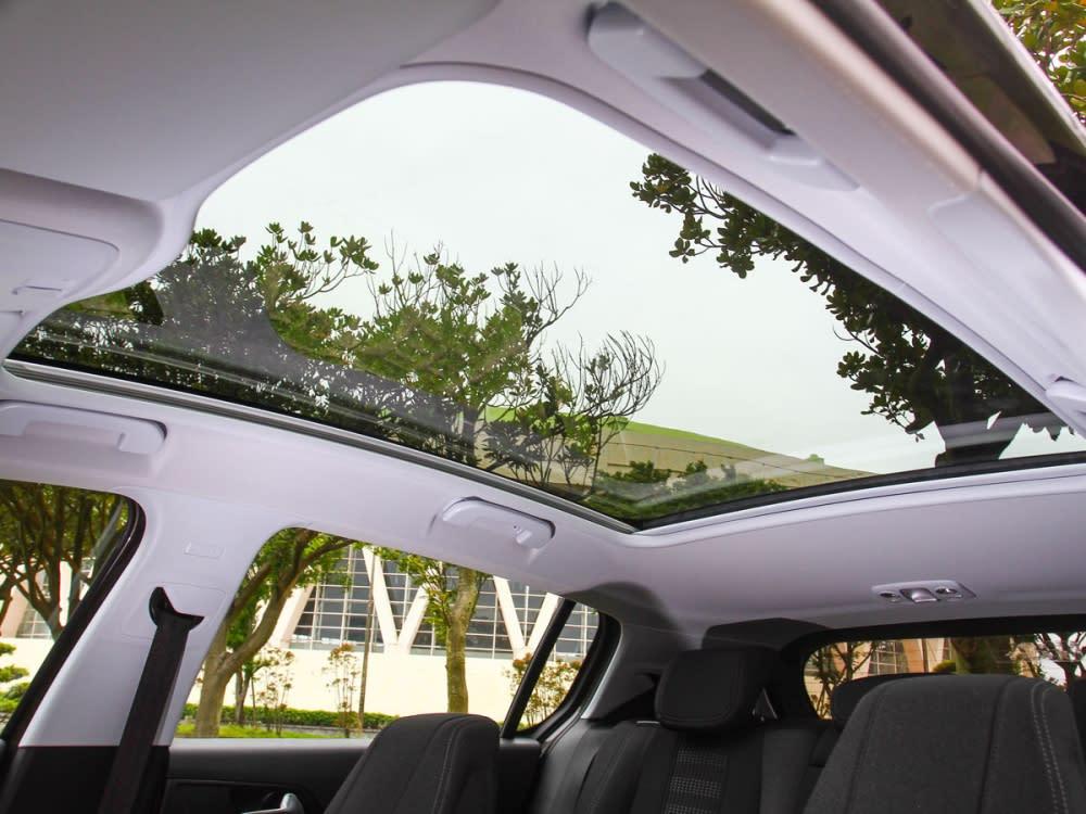 Allure+車型的關係,標配了Cielo全景式雙層膠合強化玻璃車頂。