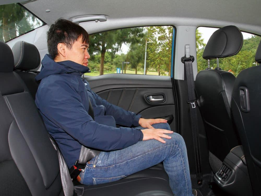 挑高車頂搭配長軸距設定,建構寬敞乘坐空間表現。