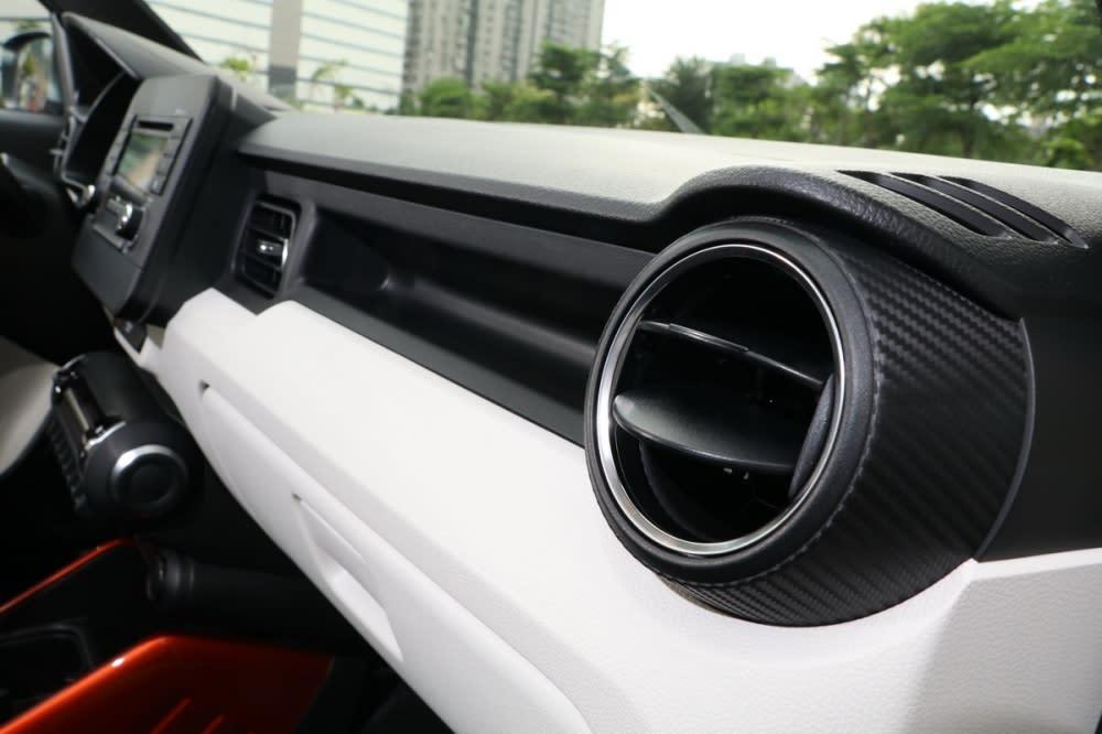 冷氣出風口兩側及中央造型不同,替整體內裝視覺有更多層次感