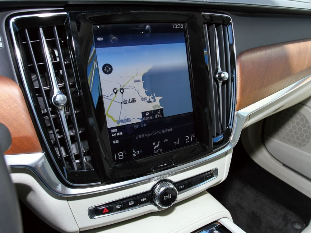 中控台簡化為8顆實體按鍵,包含9吋螢幕的主畫面按鍵。