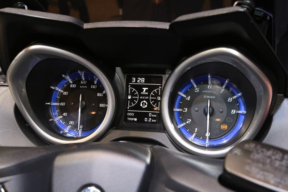 雙環儀錶板搭配中央3.5吋TFT 液晶顯示幕。
