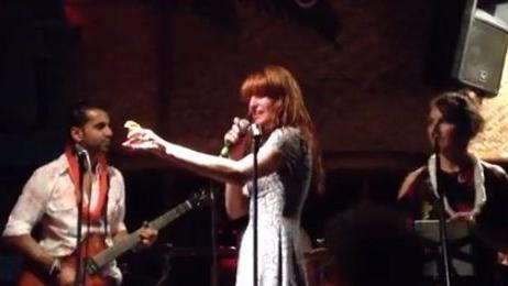 Singer Florence Welch gives impromptu performance