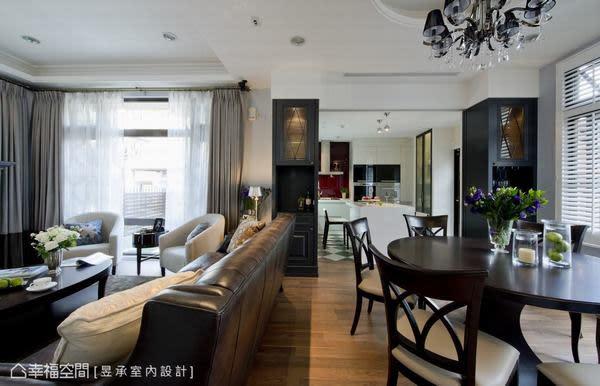 客廳與餐廳之間採完全開放的設計,僅以天花板造形及家具象徵性區隔空間機能屬性。