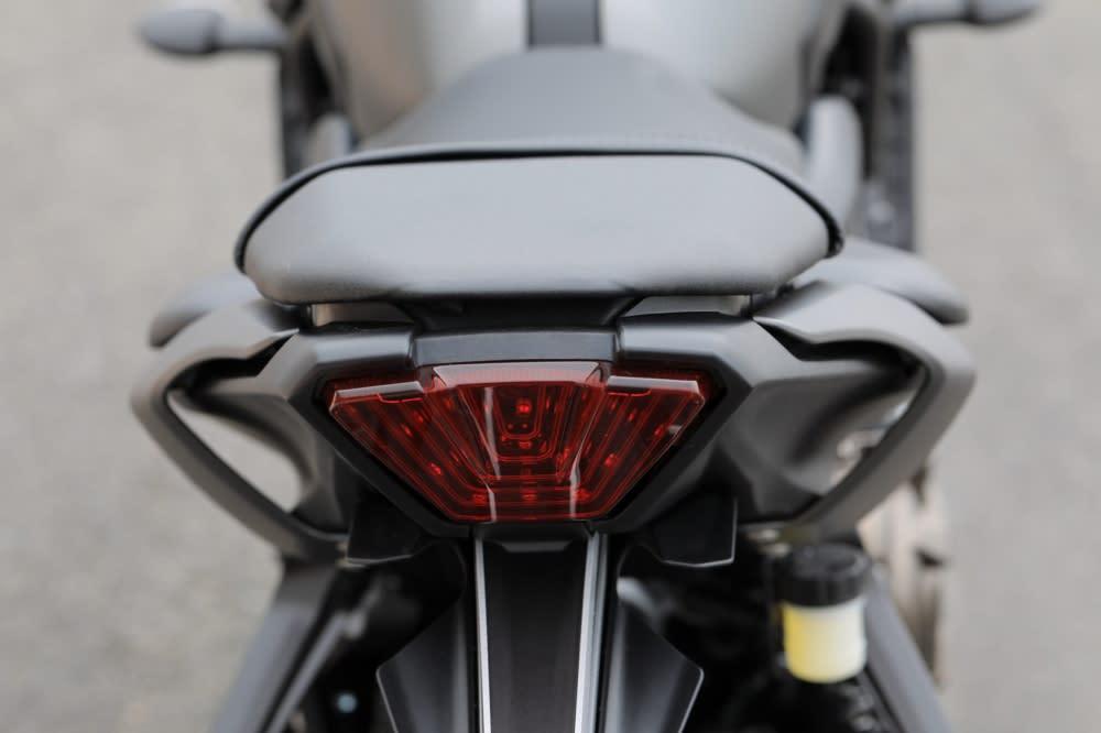 鏤空的車尾側殼設計展現運動風格。