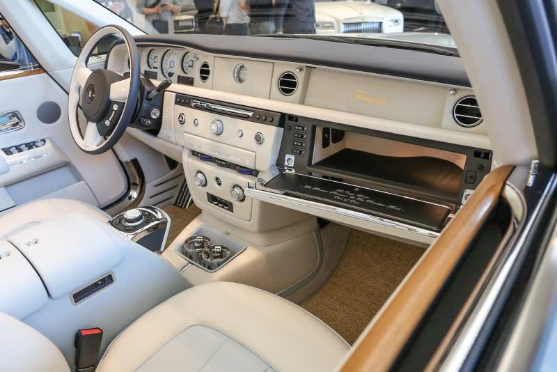 ▲汽車內裝則以Seashell (海貝殼色) 佐 Powder Blue (淺灰藍) 兩色相互輝映,再輔以海洋白木飾板點綴。