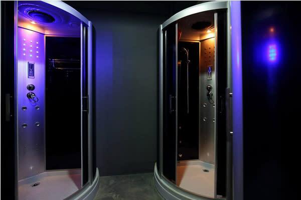 太空艙式的淋浴空間。(圖片來源/蜂巢膠囊旅店)