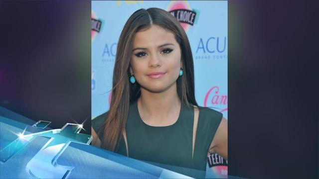 Selena Gomez Gives Fan Free Concert Tickets After Meeting Her in the Airport