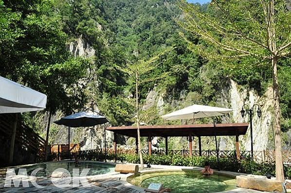 戶外五行湯除了體驗溫泉,還能感受大自然的綠意美景。