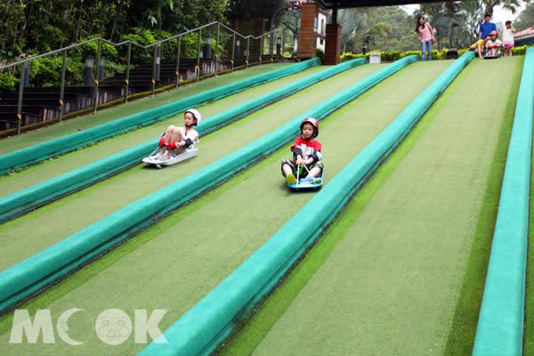 享受滑草刺激快感,小朋友們都會開懷大笑的設施。(兒童滑草場限6-12歲兒童使用)