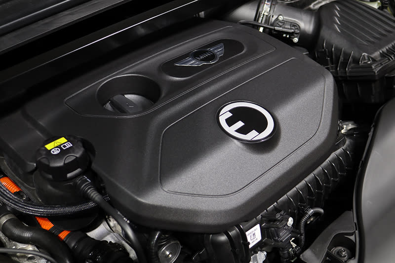 車頭引擎室中,依舊是源自Cooper的直三渦輪增壓引擎。