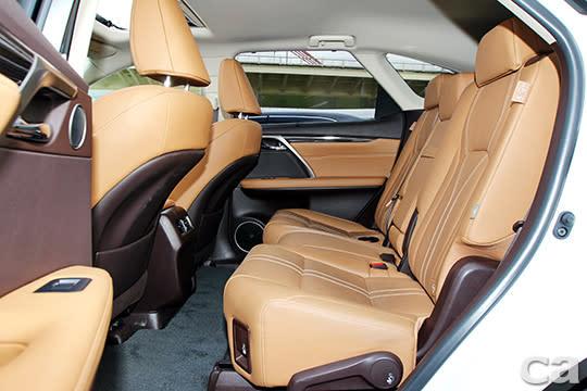 單看第二排座位的空間表現與舒適度,RX350 L都是同級競品中的模範生。