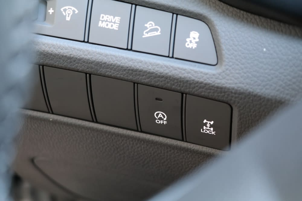 ISG智慧怠速起閉系統開關位於方向盤後方,這套系統在啟動瞬間震動相當輕微,相對更讓人願意開啟達到省油目的(一旁也能看到4WD中央差速器鎖定開關)