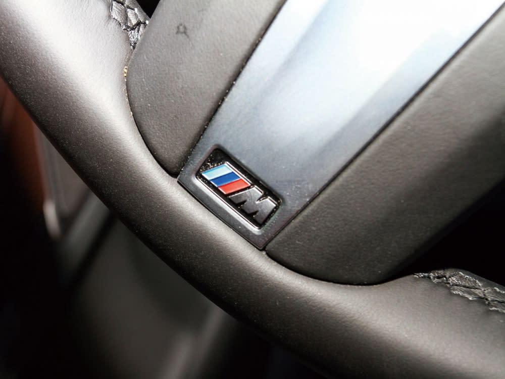 方向盤採M款三幅設計,且下方附有M款銘牌。