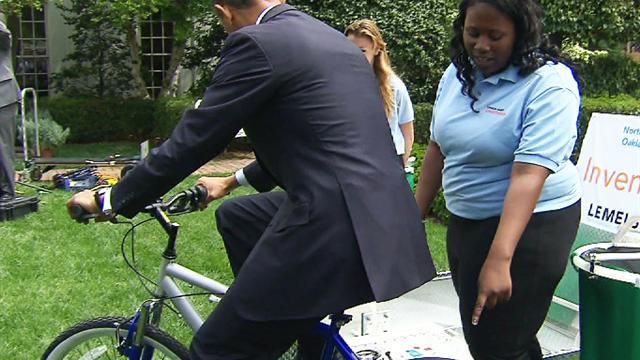 Obama gets hands-on at White House science fair
