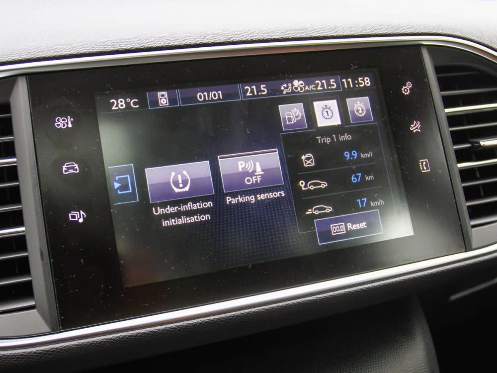 9.7吋全彩觸控螢幕,提供了多媒體娛樂、空調設定、車輛設定等多項功能。