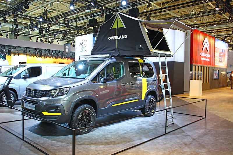 另一頭吸引我們目光的,是與Partner系出同源的跨界商旅Peugeot Rifter,現場展示的是加裝露營套件的4x4概念車。