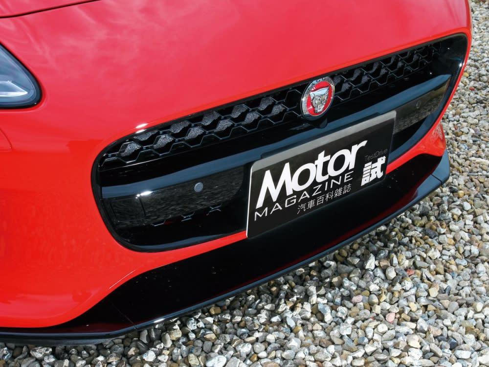 黑色亮面的蜂巢網狀排列及烈紅豹頭,型塑出New F-Type Coupe濃厚的性能風味。