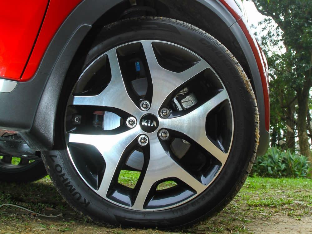 車側設計運動感十足,專屬雙色19吋鋁圈則嶄露足部風采。