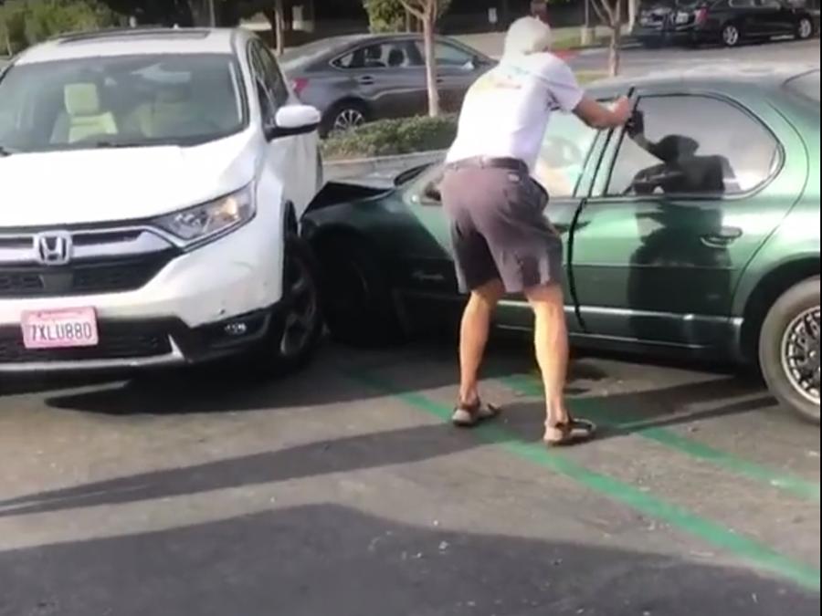 86歲阿婆不斷衝撞Honda CR-V!討厭休旅還是健康問題?
