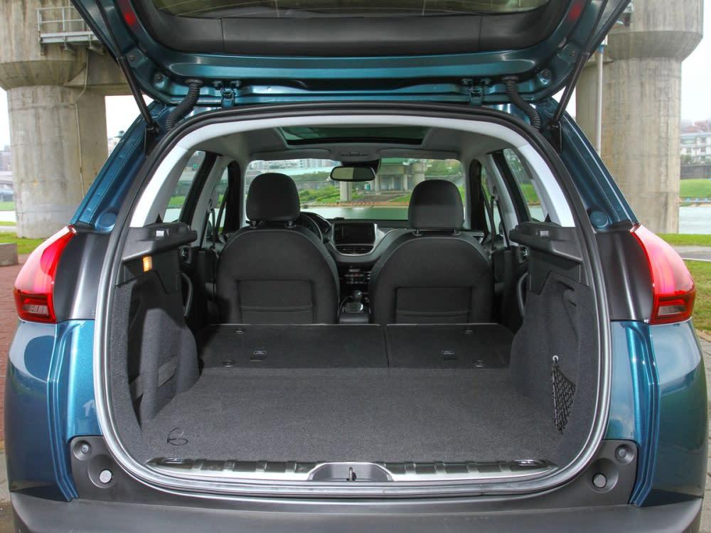 行李廂空間在6/4分離座椅傾倒後,能從原有的350公升擴充至1194公升。