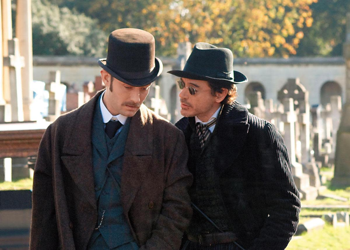 小勞勃道尼(右)不演《鋼鐵人》時,與裘德洛(左)搭檔連拍兩集《福爾摩斯》電影,第3集鎖定2020年推出。(東方IC)