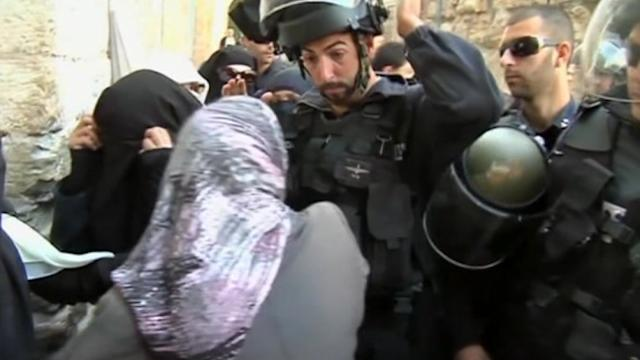 Palestinian worshippers scuffle with Israeli police
