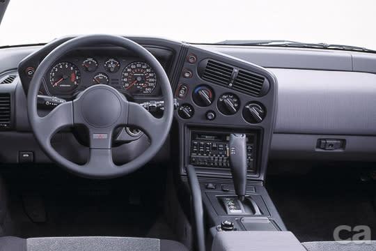 初代ECLIPSE的內裝設計以現今觀點而言雖然稍嫌古板、樸素,但在當時,完全以駕駛操作介面為導向的設計相當革命性。