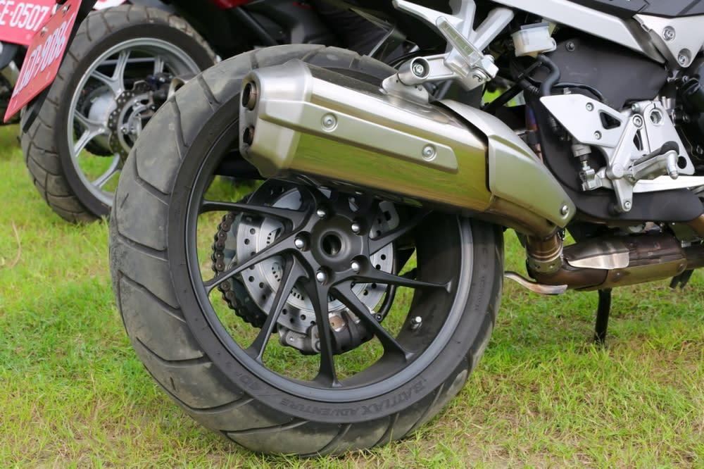 VFR800X的排氣管較平。後輪尺寸為180/55 ZR17 M/C 73W