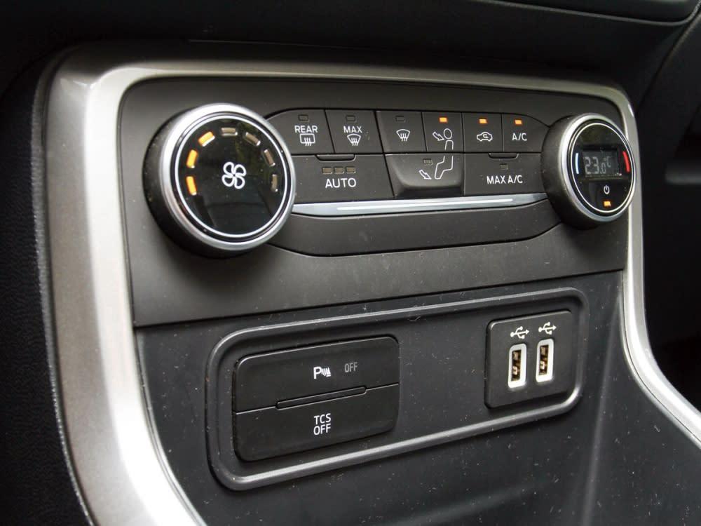 搭載單區恆溫空調系統搭配兩組USB插孔和循跡防滑開關,其中前後駐車雷達開關也置於此。