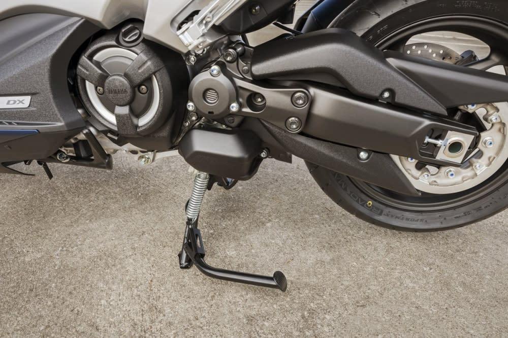 新款TMAX 將後搖臂增加40mm,大幅度增加後輪在彎中的穩定性!