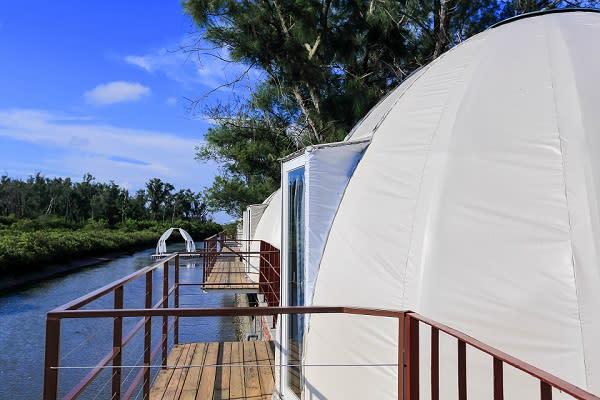 入住白色帳棚裡欣賞滿天星空,感受豐富的自然風光,更是絕妙的獨家體驗。
