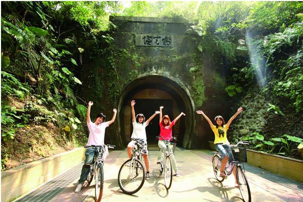 在舊草嶺隧道騎著自行車還能遊賞美麗的海岸風景。(圖片來源/東北角暨宜蘭海岸國家風景區管理處)