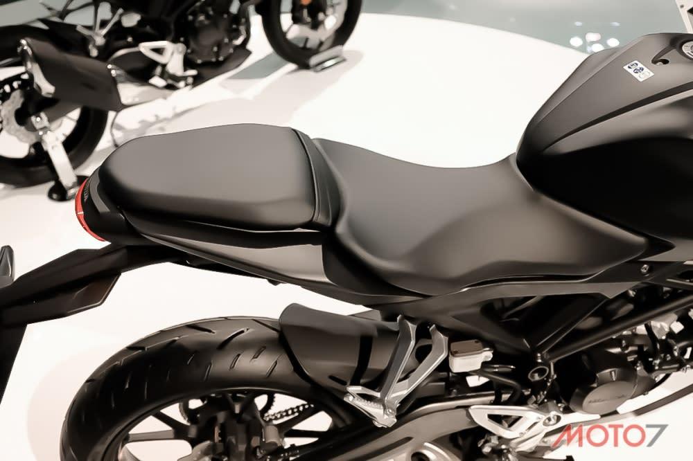 座墊採分離式設計,即便車尾縮窄,後座墊仍維持一定的寬度。