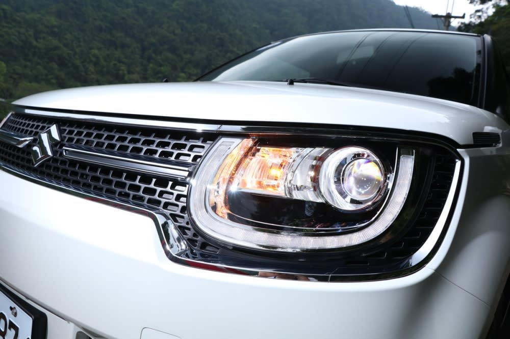 LED頭燈搭配U型LED日行燈並具備感應式自動啟閉功能
