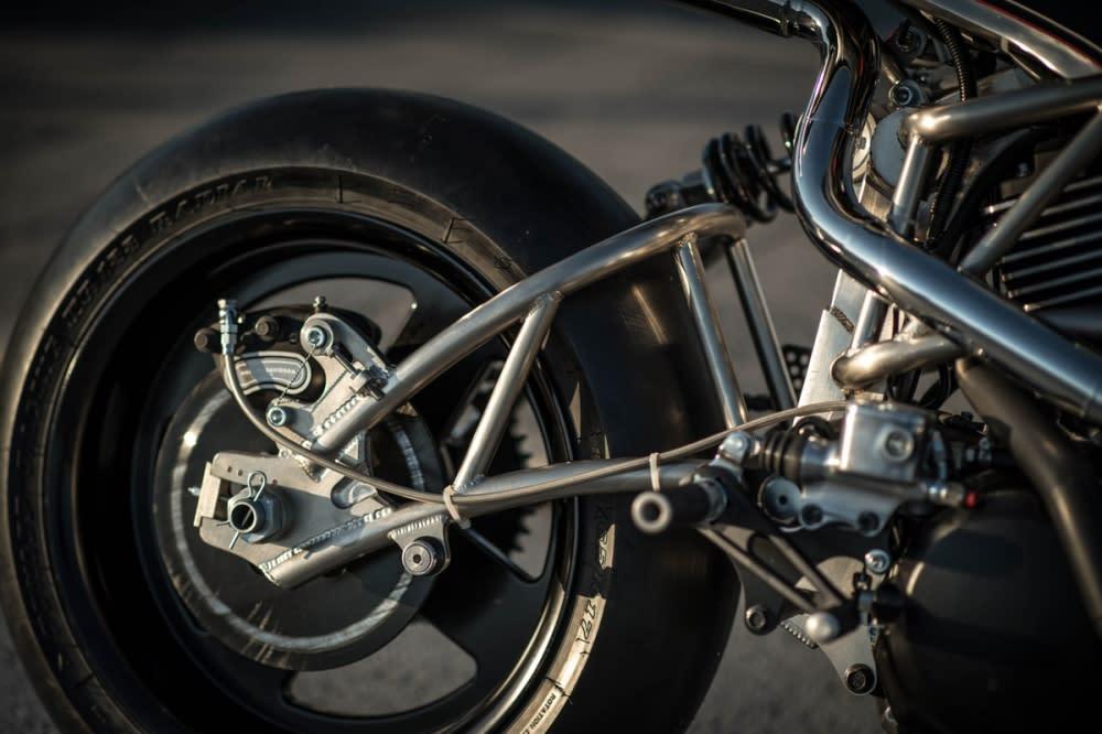 後搖臂使用鋼管編織結構,讓整台車看起來更協調。